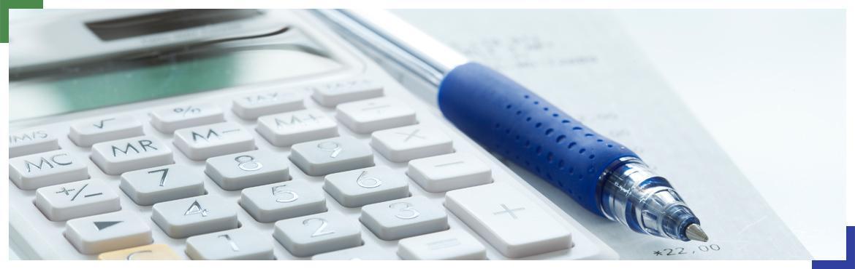 Kalkulator i długopis na stole